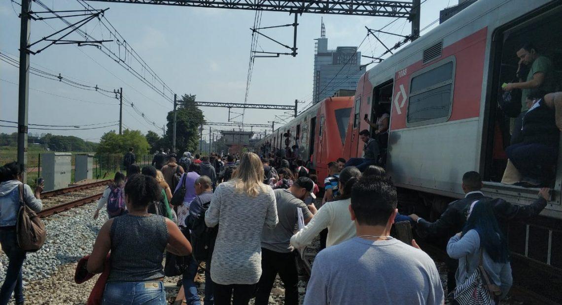 Passageiros andando na via Linha 9-Esmeralda