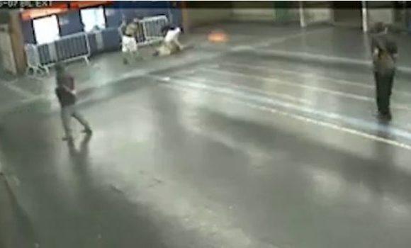 Trecho de vídeo gravado por câmeras de segurança no momento da agressão.