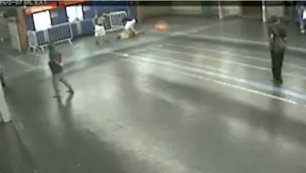 Trecho de vídeo gravado por câmeras de segurança no momento da agressão ambulante no Metrô