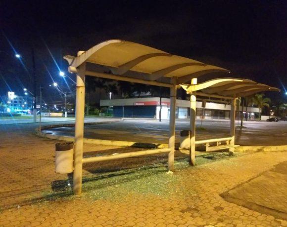 ponto de ônibus depredado