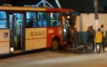 ônibus bate em muro