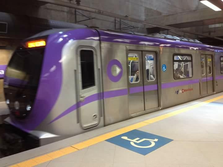 Trem da frota P do metrô e viamobilidade