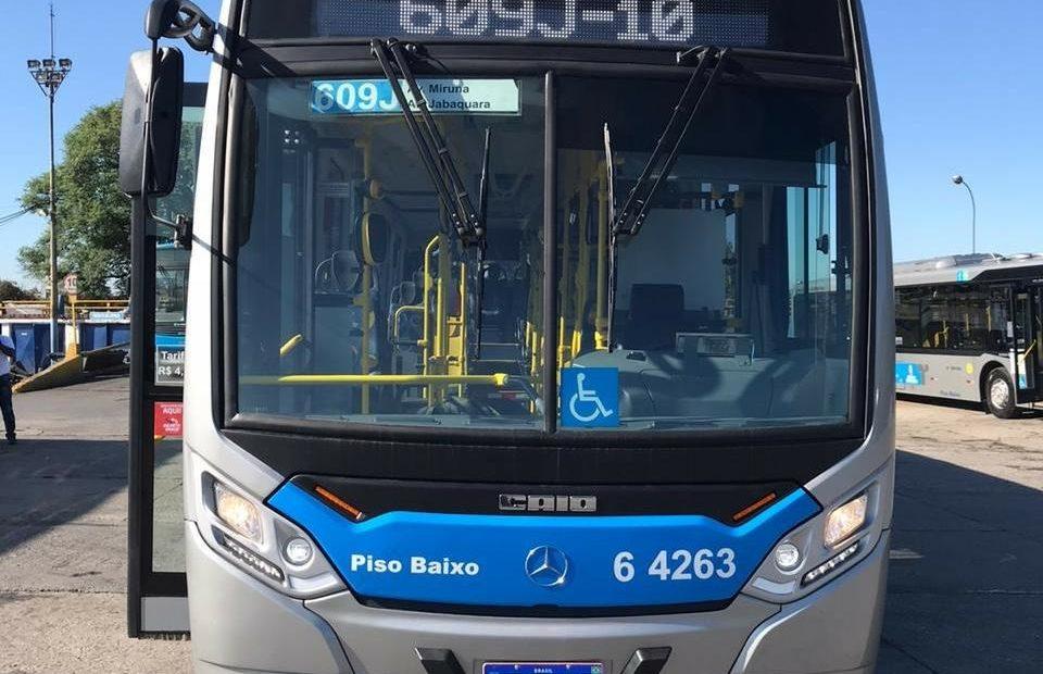 ônibus com bagageiro