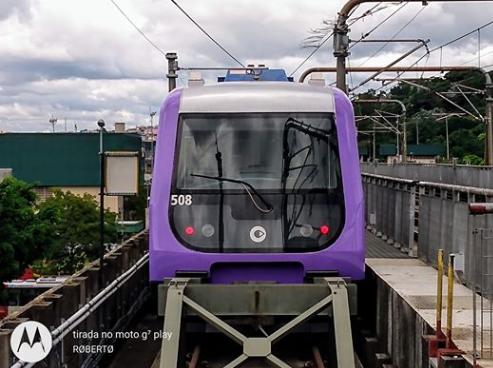 trem da frota F do metrô