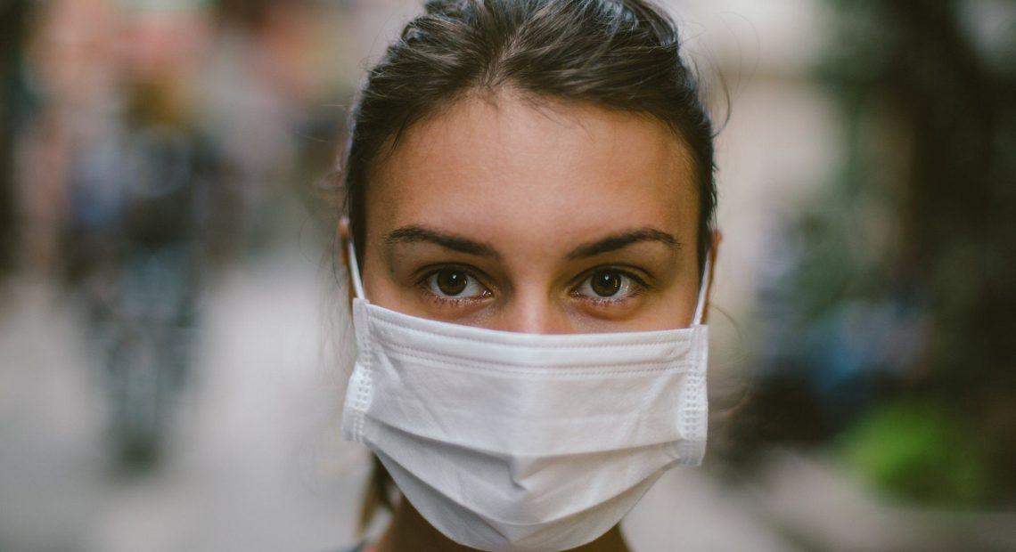 Pessoa com máscara facial