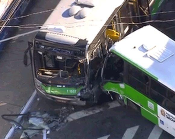 Acidente entre dois ônibus